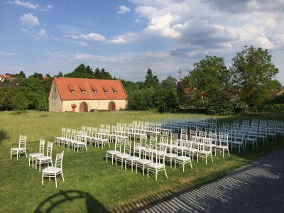 Bestuhlung für Trauung im Garten von Schloss Massenbach