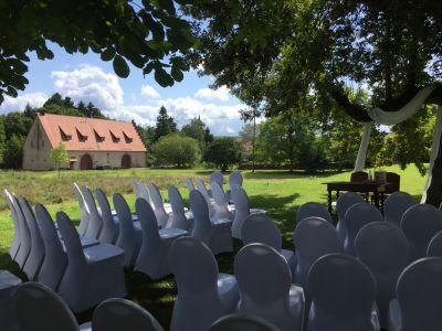 Freie Trauung im Garten von Schloss Massenbach mit Blick auf die Zehntscheune