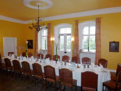 festliche Tafel im Mittelsaal von Schloss Massenbach