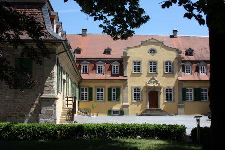 Innenhof  mit Mittelportal von Schloss Massenbach