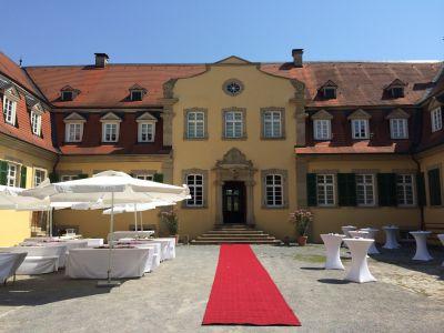 Empfang mit rotem Teppich Innenhof Schloss Massenbach